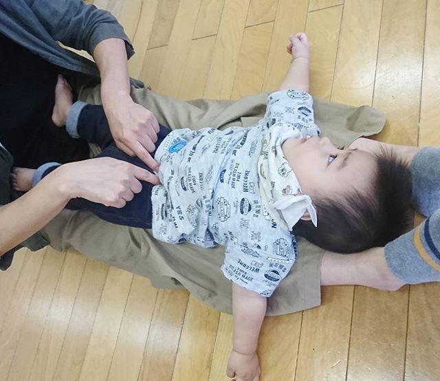 ママの足の上なら安心わらべうたキッズマッサージには、色々な体勢があり、子どもさんの好きな体勢で行うことができるのでマッサージしてもらうお子さんは、うっとり#わらべうたベビーマッサージ#キッズマッサージ#うっとり顔#親子の触れあい#親子の絆作り