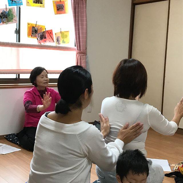 大阪にてわらべうた胎教マッサージの講習会でした。胎教は、まだまだ未知の部分が大きいですが、胎児の頃の可能性は無限大です。胎児の力を知ると、お腹の赤ちゃんともっとコミュニケーションをとりたくなります。そして、もっともっと愛おしくなります。年内最後の胎教マッサージの講習会は、12月3日 福岡で開催されます。♯わらべうた胎教マッサージ♯胎教♯赤ちゃんとコミュニケーション