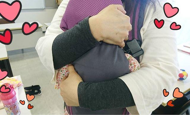 わらべうた産後ダンス講習会で、お人形を抱く手に#優しさが #愛情 がいっぱい#わらべうたベビーマッサージ#産後ダンス