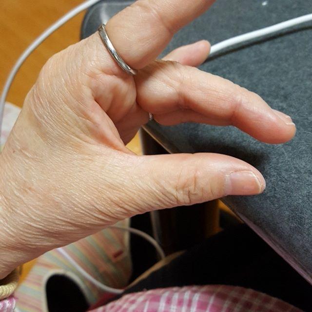 のうかつわらべうたをしてきました。手話を取り入れた脳活わらべうたです。歌はあららハートです。これはヒコーキを意味します。狐の手はできるけどこれが難しいのです。しかし手の指をいつも使っている人は簡単にできました。やはり指先を動かすことは大切ですね、そう思いました。#脳活#わらべうた