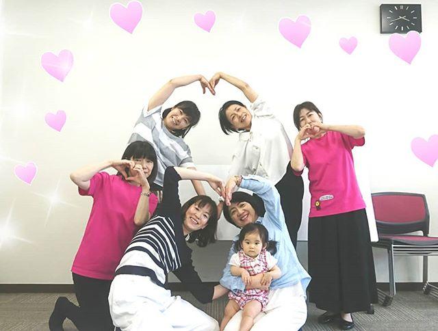 東京でのわらべうたキッズ講習会ハートのポーズ10ヶ月の女の子もママと一緒に参加してくれました #わらべうたベビーマッサージ #キッズ講習会 #キッズマッサージ #てあそび *親子ダンス #東京 #新宿文化センター