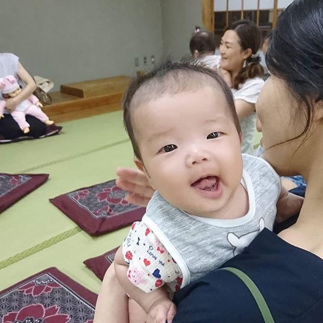 わらべうたベビーマッサージせーなかせなかママの後ろで歌うと赤ちゃんが、しっかり見てくれ可愛い笑顔????#わらべうたベビーマッサージ #背中 #歌 #シャッターチャンス #笑顔 #可愛い