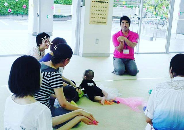 <わらべうたパワー>先日、保育園の0・1・2歳児親子行事にお呼び頂きわらべうた遊びを中心とした親子ふれあい遊びをおこなってきました。どんな活動をするんだろう?とドキドキの参加者の皆さん。でも、わらべうたを歌い始めるとにっこり笑顔!あっという間に1時間が過ぎてしまいました。わらべうたベビーマッサージも、だから笑顔がいっぱいなんですね!宮城の齋藤勇介でした♪#わらべうたベビーマッサージ資格  #わらべうたベビーマッサージ  #わらべうた #保育園行事