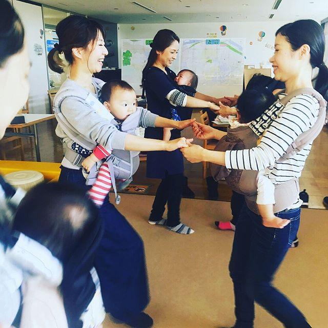 【赤ちゃんを抱っこしていなくても〜産後ダンスで女性の毎日が変わる♪〜】 わらべうた産後ダンスは、赤ちゃんが大きくなってしまって抱っこできなくなったママやお子さんがいない方にもとってもオススメ♪ 楽しいダンスでインナーマッスルを鍛える事ができ、適度な運動量で日頃のストレスも解消!女性にとって悩みの多い・お腹周り・骨盤周り・下半身のラインをシェイプしてくれます!筋肉量が増えると代謝も上がり代謝が上がると疲れにくくなり毎日が楽しく快適に過ごせますねエアロビクスの動きや社交ダンスのステップなどを親しみやすいわらべうたのメロディで無理なく体験できます♪30代以上の女性は、平均して慢性的な運動不足だそうです。少しずつ生活に取り入れてみませんか? 詳しくはこちら↓https://www.jyosansi.com/akane/dance/#わらべうた産後ダンス #わらべうたベビーマッサージ #インナーマッスル #代謝アップ