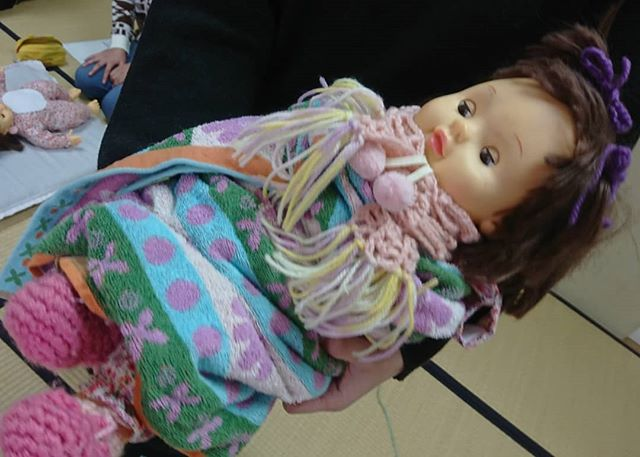 86歳のおばあちゃんが #お人形 さんで元気に元気のなかったおばあちゃんに講習会用のお人形さんを貸してあげたところいとおしく抱っこ寒くないようにとマフラーを 靴下を手編み可愛く髪飾りもとっても元気になったんだそうです#わらべうたベビーマッサージ #わらべうた胎教マッサージ #わらべうたキッズマッサージ #わらべうた産後ダンス #わらべうた親子ダンス #脳活わらべうた #資格取得 #0歳 #新米ママ #ベビー #女の子ベビー #男の子ベビー #男の子ママ #成長記録 #育児記録 #乳児 #寝かしつけ #アンチエイジング