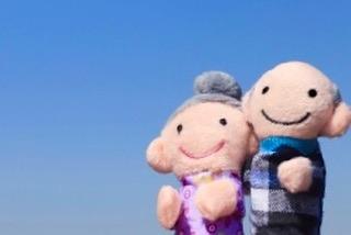 【シニア教室エピソード】 「幸せ」の反対は(「幸」という漢字を上下反対にしても)「幸せ」です。「幸せ」と思えない理不尽なことも、それを乗り越えたら、より深く「幸せ」を感じることができる…。「幸」から「一」をとると、「辛」という字になる。当たり前の幸せも、何か一つ欠ける事で、幸せの重みを感じる 私が居住地で定期的に開催している「シニアのための健康教室」90分のプログラムの中には、『脳活わらべうた』をはじめバラエティに富んだ内容を組み込んでいる。話がよく脱線するのも特徴かもしれない昨日も、受講者の方から出た話が、上記の「幸せ」の話人生の先輩方とご一緒できる時間は、人生哲学を学べる貴重な時間。私はそんな時間が大好きです。記: 村松晶子(静岡・脳活わらべうたティーチャー)https://www.jyosansi.com/senior/#脳活わらべうた #シニア #レクリエーション #体操 #シニアと子供 #世代間交流 #福祉 #認知症予防 #アンチエイジング #健康寿命