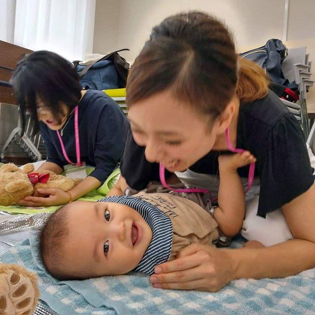 わらべうたベビーマッサージでは、️いないいないばあ️が8回有ります、久保田式では1日に5回以上すると、脳が活性化するそうです。この角度での写真が親子の笑顔がステキに映る場面です記録に残しましよう。ベビーマッサージ#わらべうた#わらべうたベビーマッサージ#切れ目ない子育て#習い事#赤ちゃんと習い事 #赤ちゃんのいる生活#赤ちゃんのいる生活#親子の絆#泣かずにできるベビーマッサージ#助産師考案#ベビーマッサージ資格