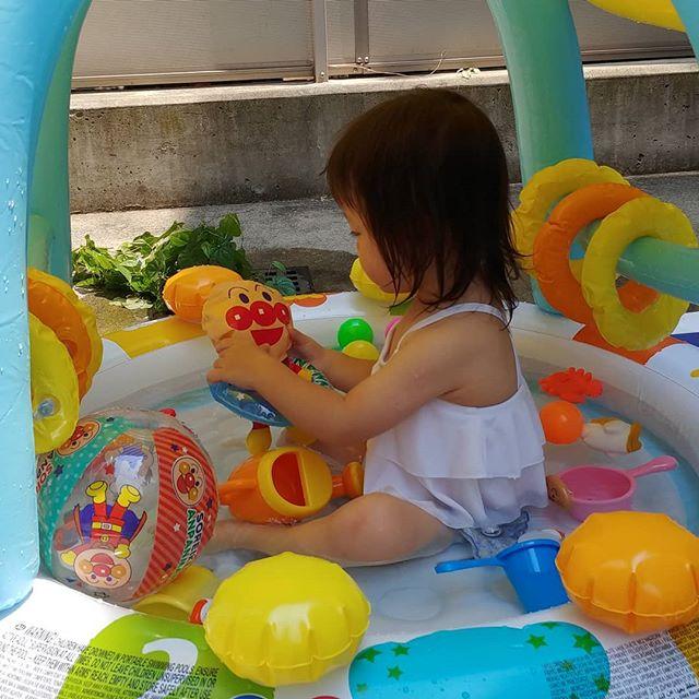 【ママの子育て奮闘記】暑い日が続いていますねみなさんはどのようにお過ごしですか?先週の土曜日は、お義兄さんのお家のお庭でプール遊びをさせていただきましたこの日もすごく暑かったので、娘はとっても嬉しそうに遊んでいましたプールは、今年ベビーザらスで購入したものです屋根つきで影になって、涼しそうでした準備片付け大変ですが、子供の笑顔を見ると毎日でもしてあげたくなりますわらべうたベビーマッサージ事務員 森#ベビーマッサージ #わらべうた #わらべうたベビーマッサージ #切れ目ない子育て #習い事 #赤ちゃんと習い事  #赤ちゃんのいる生活#親子の絆 #泣かずにできるベビーマッサージ #助産師考案#ベビーマッサージ資格 #1歳8ヶ月 #女の子 #女の子ママ #子育て奮闘記