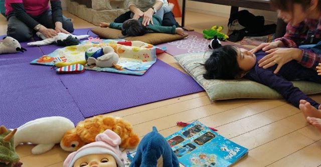 わらべうたベビーマッサージはキッズの精神的安定にもお役立ちやっててよかった️☆そう思える親子のふれあいです #わらべうたベビーマッサージ研究会 #わらべうたキッズマッサージ #ベビーマッサージ #3才 #2才#ベビマ教室