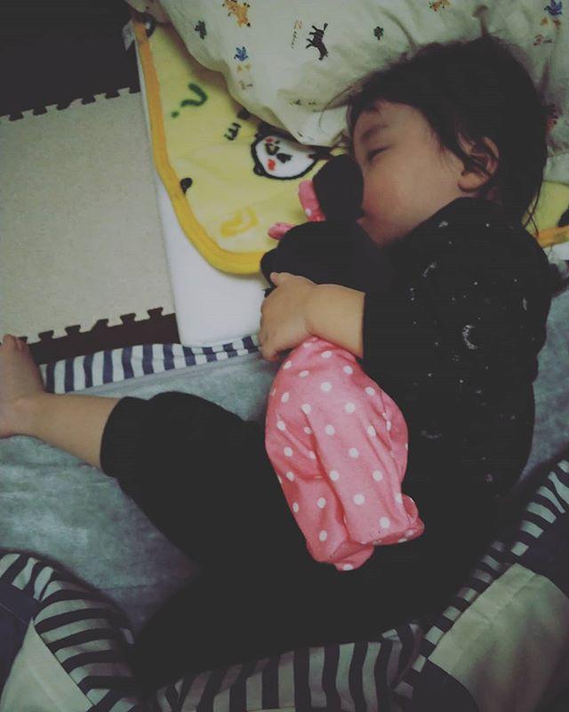 【ママの子育て奮闘記】先月2歳になった娘が、本格的にイヤイヤ期に突入いたしました毎朝、着替えるのがイヤ、上着を着るのがイヤ、靴を履くのがイヤ、自転車に乗るのがイヤ、で、大泣きし、私も一緒になって泣きながら保育園に連れて行く日が続いています…….みんなが通る道だ、成長の証だと頭で分かってはいるのですが、なかなか心に余裕が持てないのが現状です.わらベビ事務局で奥田先生や他のスタッフに軽く相談してみると、スケジュールを立てて子供に解るように示してみるのが大事だとアドバイスを受けました♀️.ということで今日家に帰ってから、『たいへんよくできました表』を作ってみようと思います.1週間やってみて、来週どのように変化したのかをまた報告致しますのでお楽しみに♪.………がんばります。笑.わらべうたベビーマッサージ研究会事務員 森.#ベビーマッサージ #わらべうた #わらべうたベビーマッサージ #切れ目ない子育て #習い事 #赤ちゃんと習い事  #赤ちゃんのいる生活#親子の絆 #泣かずにできるベビーマッサージ #助産師考案#ベビーマッサージ資格 #2歳1ヶ月 #女の子 #女の子ママ #子育て奮闘記 #イヤイヤ期 #イヤイヤ期真っ只中