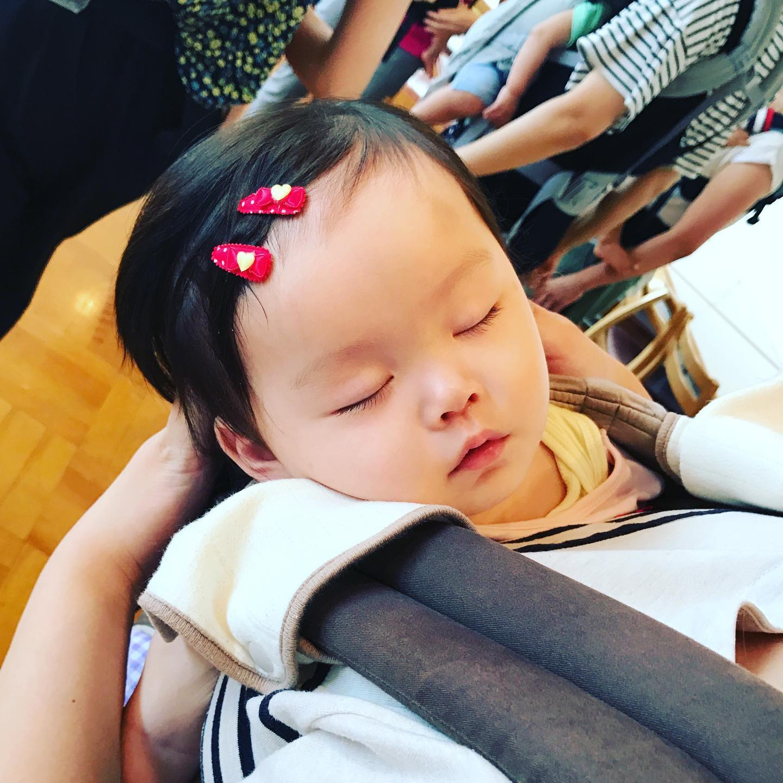 【寝顔がかわいくてかわいくて】わらべうた産後ダンスは10分も踊れば赤ちゃんはぐっすり♪ダンスの心地良い揺れと密着がいいのかな?「寝てほしい」と思うとなかなか寝てくれないけど、他のことに集中しちゃうと驚くほどすぐに寝てくれることあります!ママはダンスを楽しんでみてね🥰オンライン講座もリアル講座もあります!https://www.jyosansi.com/記:飯山百香#わらべうたベビーマッサージ #わらべうた産後ダンス #わらべうた親子ダンス #わらべうた #ベビーマッサージ #ベビー #赤ちゃん #子育て #ふれあい #スキンシップ #骨盤 #産後エクササイズ #免疫力アップ #オンライン #web #ライブ配信 #資格取得(Instagram)